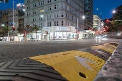 Ферзь угла сцены ночи и улицы Виктории проходя движение a Стоковая Фотография