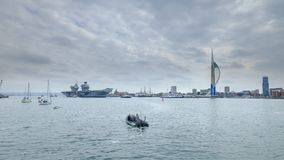 """ФЕРЗЬ ЭЛИЗАБЕТ HMS - королевский военно-морской флот \ """"военный корабль s самый новый и самый большой всегда - ветрила от Портсму стоковое фото"""