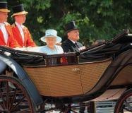 Ферзь Элизабет & королевская семья, Букингемский дворец, Лондон июнь 2017 - собирающся толпой принц Филипп цвета и ферзь Элизабет Стоковые Изображения