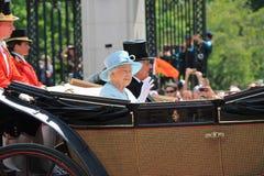 Ферзь Элизабет & королевская семья, Букингемский дворец, Лондон июнь 2017 - собирающся толпой первое появление принца Georges цве Стоковая Фотография RF