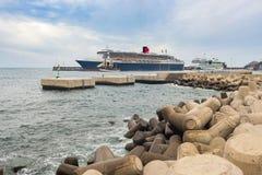 Ферзь Mary 2 состыкованная в гавани Стоковое Фото