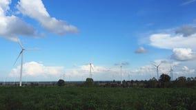 Ферма ветротурбины в красивой природе с blackground голубого неба, производя электричество акции видеоматериалы