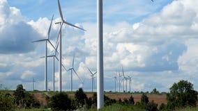 Ферма ветротурбины в красивой природе с blackground голубого неба, производя электричество сток-видео