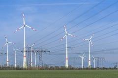 Ферма ветротурбины с линией электропередач Стоковые Изображения