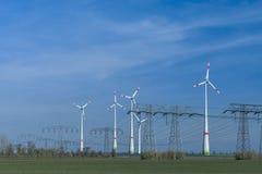 Ферма ветротурбины с линией электропередач Стоковые Изображения RF