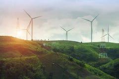 Ферма генератора энергии ветротурбины на предпосылке захода солнца стоковая фотография rf
