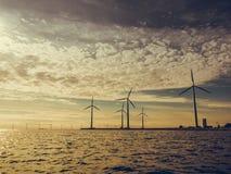 Ферма генератора энергии ветротурбин вдоль моря побережья Стоковые Фото