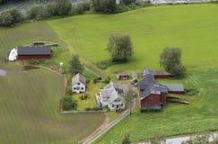Ферма Норвегии в зеленом поле Стоковые Фотографии RF
