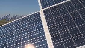 Ферма сборника Солнца в сельских полях Отражения Солнца на панелях солнечных батарей видеоматериал