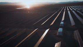 Ферма солнечной энергии воздушного взгляда пустыни большая промышленная производящ сконцентрированную солнечную энергию Вокруг го сток-видео