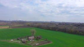 Ферма среди полей весны r видеоматериал