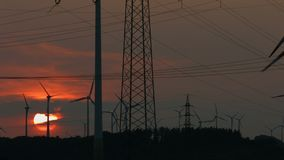 Ферма энергии ветра на заходе солнца видеоматериал