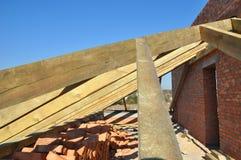 Ферменные конструкции крыши тимберса здания для нового чердака расквартировывают конструкцию Ферменная конструкция крыши тимберса Стоковая Фотография