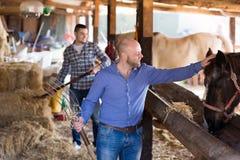 2 фермера с вилами Стоковое Фото