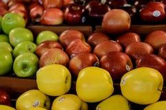 Фермеры выходят свежие яблока вышед на рынок на рынок Стоковые Изображения RF