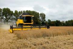 Фермеры используют жатки зернокомбайна на сказанном по буквам fielt стоковые изображения rf