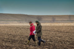 Фермеры на вспаханном поле Стоковые Изображения