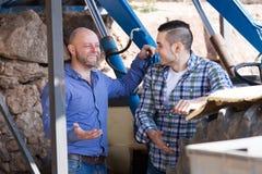 Фермеры приближают к сельскохозяйственной технике Стоковое Фото