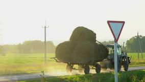 Фермеры работая на аграрном поле с тракторами Трактор управляя связками сена сельские хозяйства земледелия сельские, фермер акции видеоматериалы