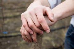 Фермер вручает отдыхать на деревянном сжатии лопаткоулавливателя Стоковые Фотографии RF