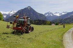Фермер в австрийских горных вершинах Стоковая Фотография