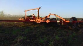 Фермер в почве трактора вспахивает земледелие движения steadicam земная Россия подготавливая землю с рыхлителем seedbed как сток-видео