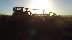 Фермер в почве трактора вспахивает земледелие движения steadicam земная Россия подготавливая землю с рыхлителем seedbed как видеоматериал