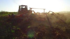 Фермер в почве трактора вспахивает земледелие движения steadicam земная Россия подготавливая землю с рыхлителем seedbed как акции видеоматериалы