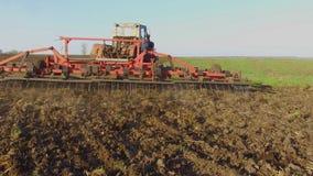 Фермер в почве трактора вспахивает земледелие движения steadicam России земная подготавливая земля с рыхлителем seedbed как акции видеоматериалы