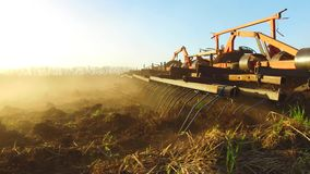 Фермер в почве трактора вспахивает земледелие движения steadicam России земная подготавливая земля с рыхлителем seedbed как видеоматериал