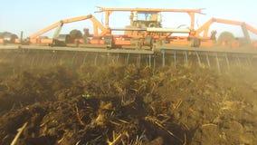 Фермер в почве трактора вспахивает земледелие движения steadicam России земная подготавливая земля с рыхлителем seedbed как сток-видео