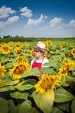 Фермер в поле солнцецвета Стоковые Фото
