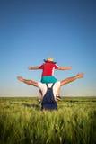 Фермер в поле с детьми Стоковое Изображение RF