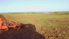 Фермер в тракторе вспахивает почву земледелия движения steadicam России земная подготавливая земля с рыхлителем seedbed как акции видеоматериалы