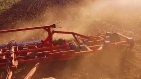 Фермер в тракторе вспахивает почву земледелия России замедленного движения steadicam земная подготавливая земля с рыхлителем seed видеоматериал