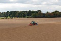 Фермер осеменяя урожаи на поле стоковые фото