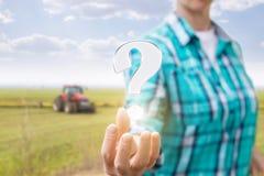 Фермер показывает вопросительный знак Стоковые Фотографии RF