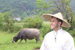 Фермер с волом и шикарным ландшафтом стоковая фотография