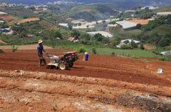 Фермер с трактором на поле Стоковое Фото