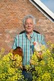 Фермер с цыплятами стоковая фотография rf