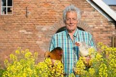 Фермер с цыплятами стоковое изображение rf