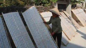 Фермер традиционно сделал засыхание рисовой бумаги акции видеоматериалы
