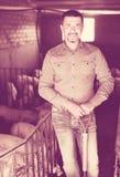 Фермер человека стоя в свинарнике Стоковая Фотография RF