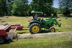 Фермер Haying поле стоковое изображение