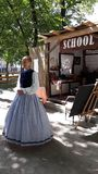 Фестиваль времен и эпох 6 Школьный учитель в костюме людей стоковые фото