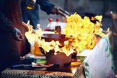 Фестиваль еды улицы Варить еду на огне стоковое фото