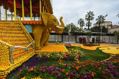 Фестиваль 2018 лимона Menton, искусство темы Bollywood сделанное из лимонов и апельсины, взгляд со стороны слонов Стоковая Фотография