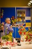 Фестиваль 2018 лимона Menton, экспозиция орхидеи Bollywood, человек продавая цветки Стоковые Изображения