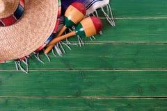 Фестиваль мексиканських maracas одеяла serape sombrero предпосылки de mayo cinco деревянных традиционный Стоковое Изображение