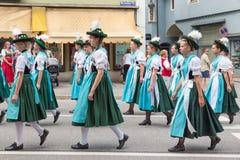 Фестиваль с парадом женщины в костюмах traditonal Стоковое Изображение RF